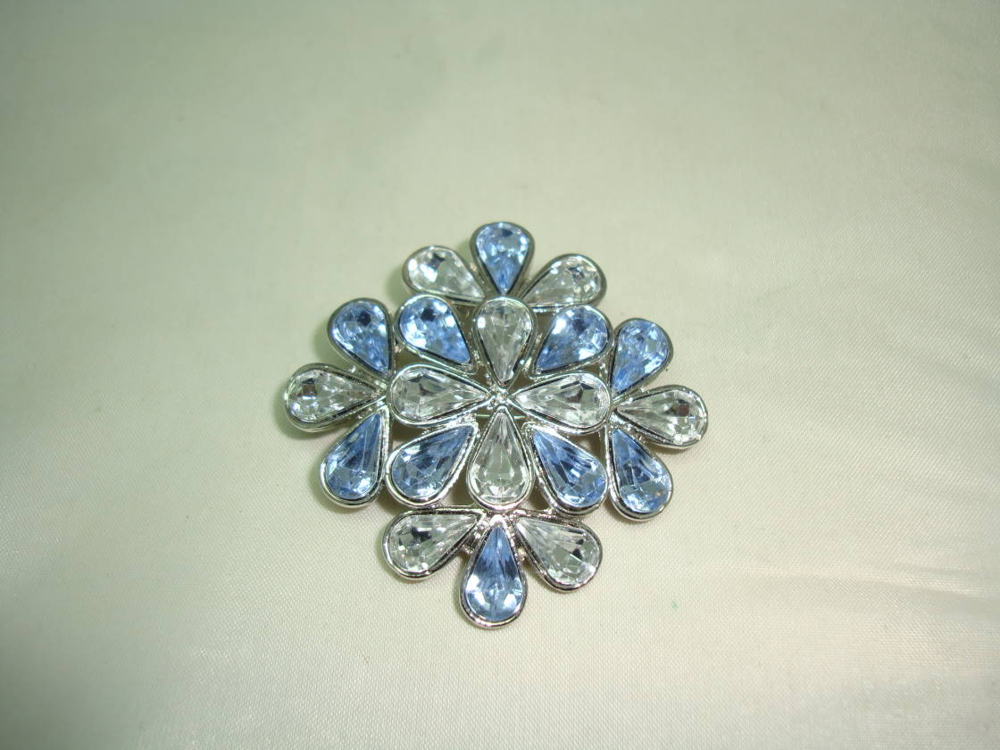£12.00 - 1950s Style Blue and Clear Faceted Lucite Stone Flower Shaped Brooch