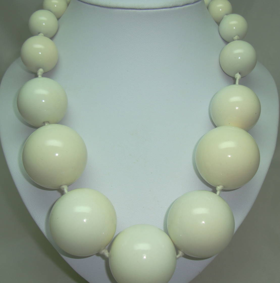 £25.00 - Stunning Chunky Cream Acrylic Oversized Bead Necklace Statement Piece!