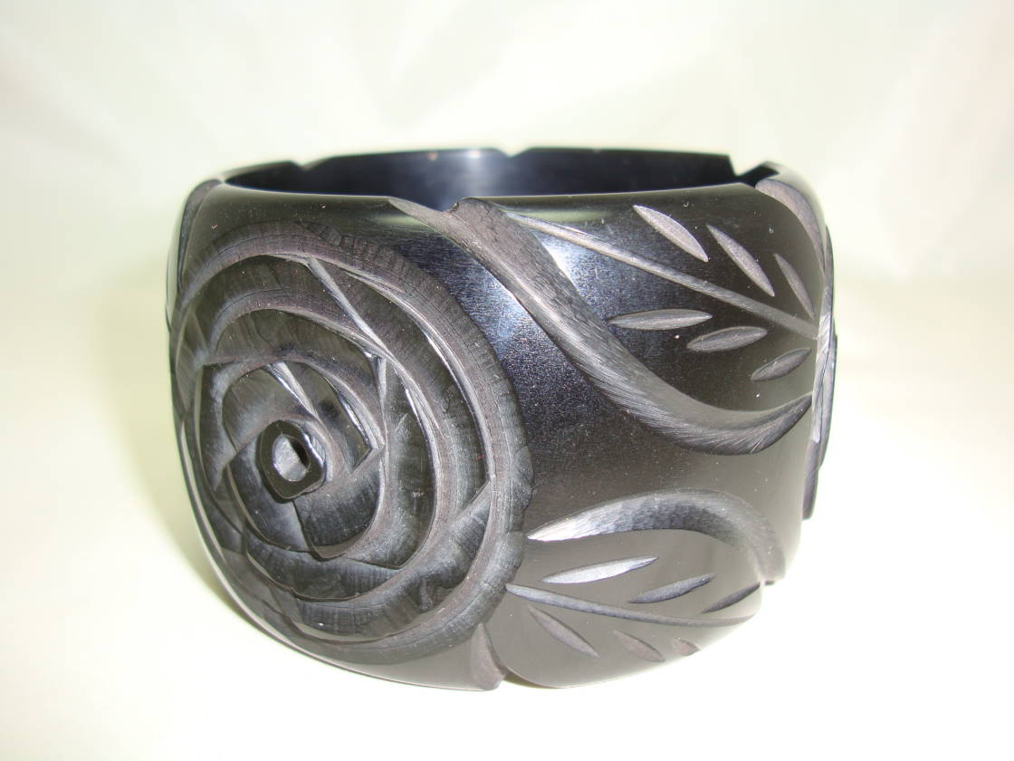 £25.00 - Vintage 50s Style Fabulous Wide Black Carved Roses Cuff Bangle Stunning