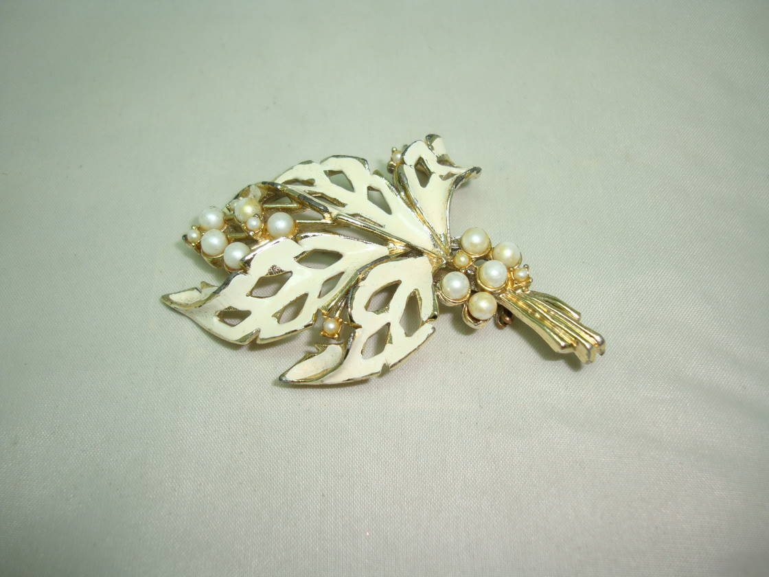 Vintage 50s Cream Floral Enamel Design Brooch Set with Faux Pearls Pretty