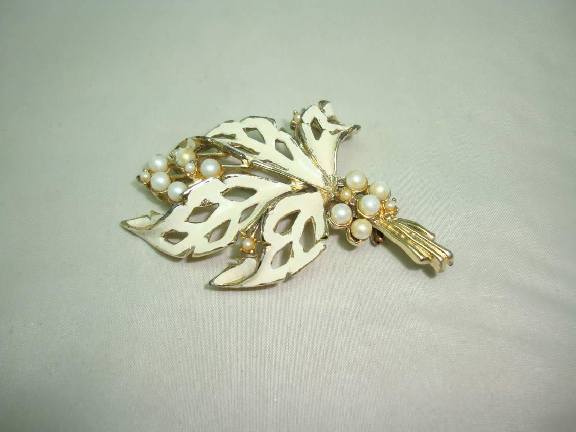 £18.00 - Vintage 50s Cream Floral Enamel Design Brooch Set with Faux Pearls Pretty