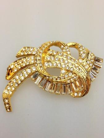 Vintage 80s Sparkling Diamante Stylish Goldtone Swirl Design Brooch 7cms
