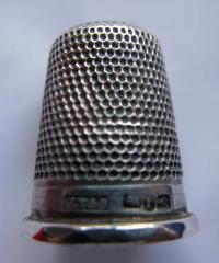 £25.00 - Collectable Hallmarked Silver Thimble 10204