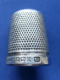 £25.00 - Collectable Hallmarked Silver Thimble THE SPA 10205