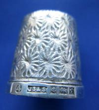 £25.00 - Collectable Hallmarked Silver Thimble 8682
