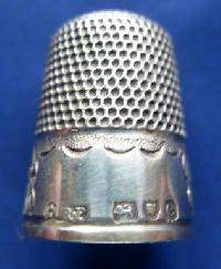 £35.00 - Collectable Hallmarked Silver Thimble 8809