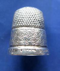£25.00 - Collectable Hallmarked Silver Thimble 9047