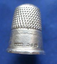 £25.00 - Collectable Hallmarked Silver Thimble 9048