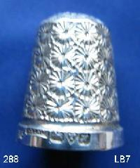 £40.00 - Collectable Hallmarked Silver Thimble with Case 9449