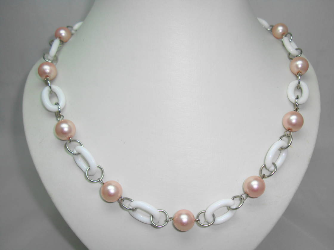 £11.20 - Vintage 70s Style Pink Faux Pearl and White Lucite Chain Link Necklace