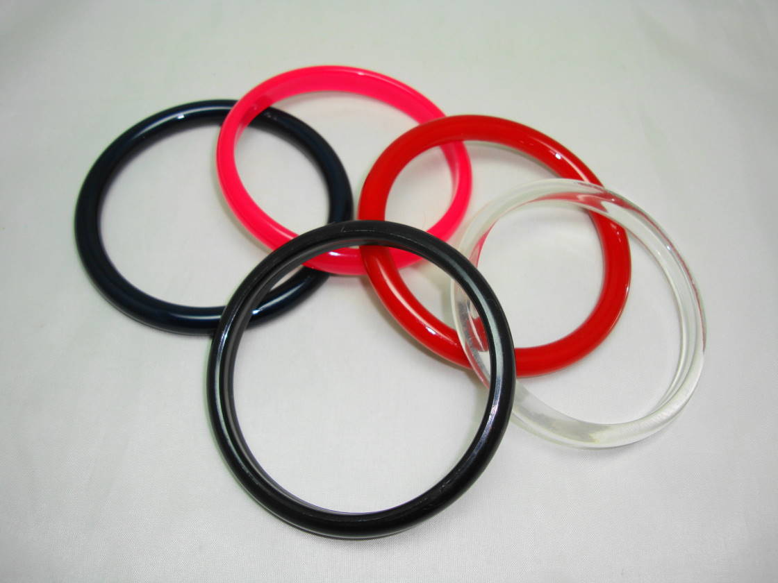 £19.20 - Vintage 70s Red Pink Black Clear and Navy  Set of Plastic Bangles