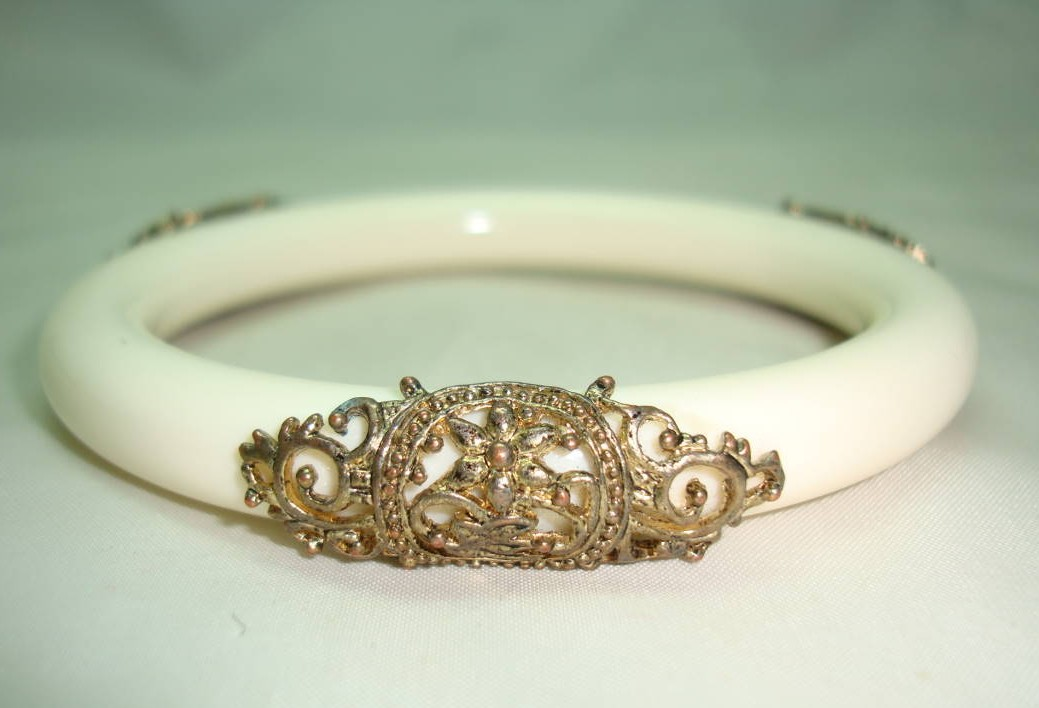 £20.00 - Vintage 70s Fab Cream Lucite and Goldtone Filigree Embellished Bangle