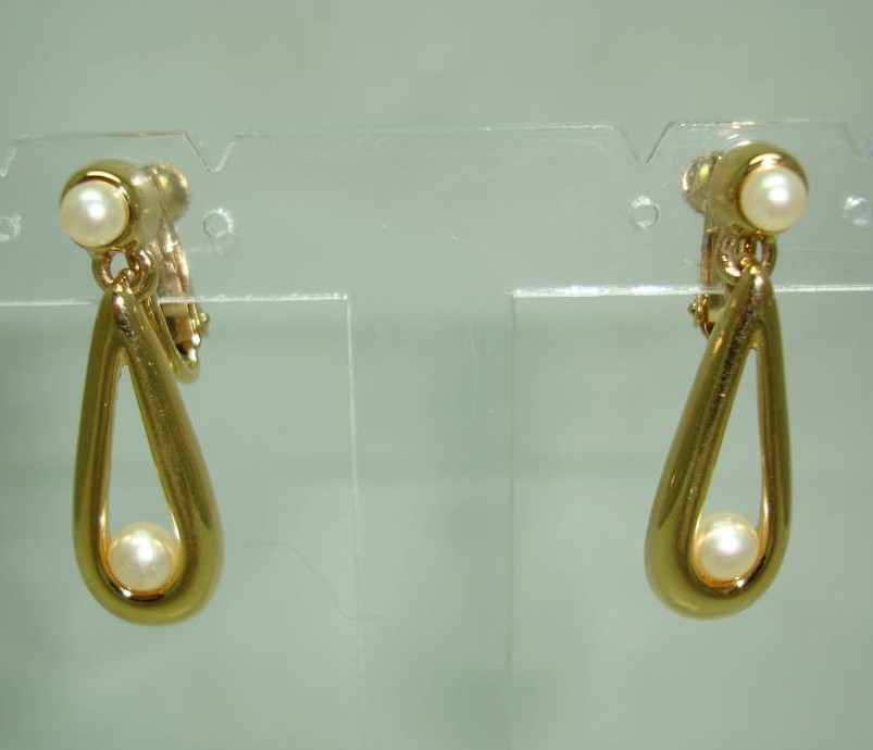 £22.00 - Vintage 80s Signed Napier Faux Pearl Gold Dangle Drop Clip on Earrings