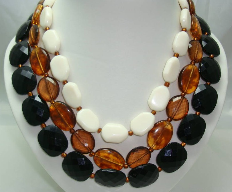 £19.20 - Vintage 50s Style 3 Row Chunky Black Amber Cream Bead Necklace