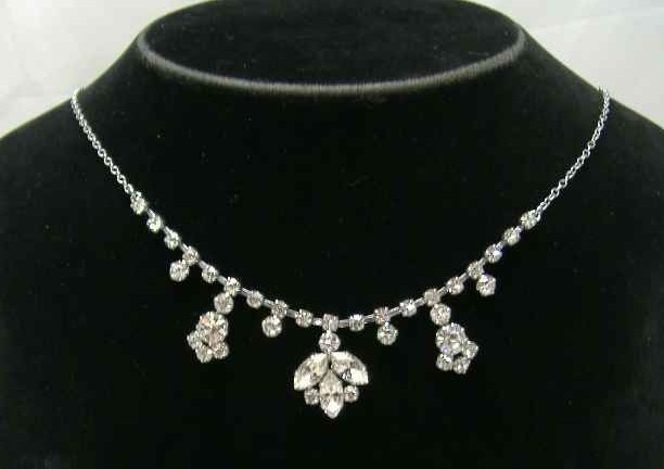 £26.40 - Vintage 50s Sparkling Diamante Flower Necklace on Chain