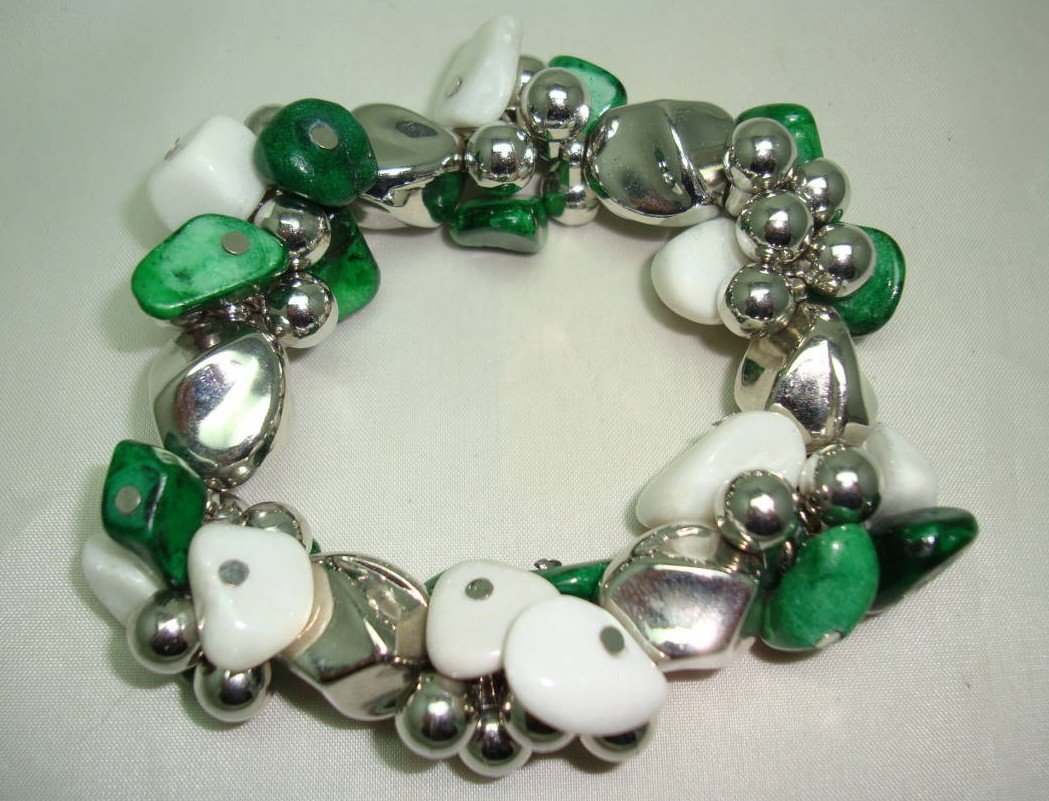 £16.00 - Fab Green and White Semi Precious Bead Silver Bauble Stretch Bracelet