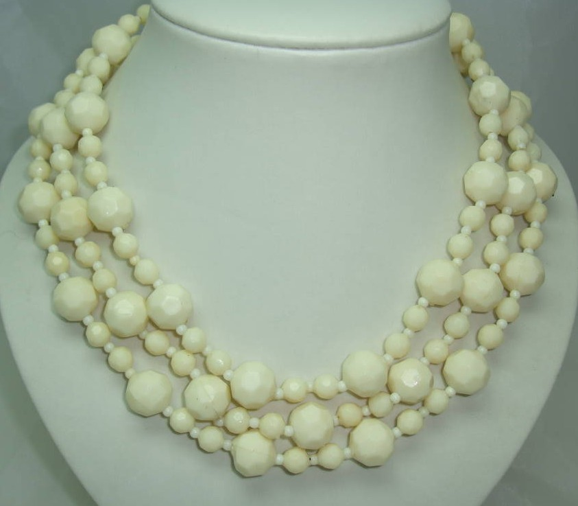 £15.60 - 1950s Chunky 3 Row Cream Honeycomb Lucite Bead Necklace