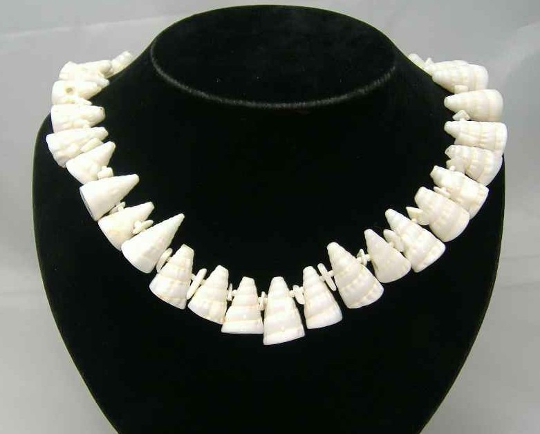 £32.00 - Vintage 50s Fab Cornucopia White Glass Shell Necklace Statement Piece!
