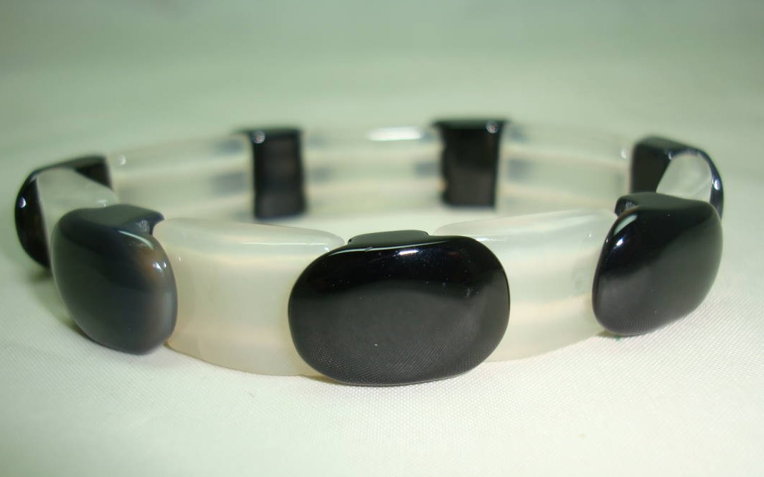Vintage 70s Contemporary Black and White Glass Stretch Bracelet