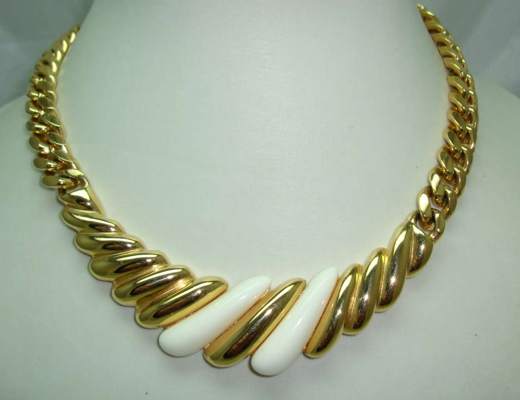 £32.00 - Vintage 80s Classy and Elegant Chunky Gold Link Cream Lucite Necklace
