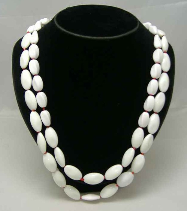 £30.00 - 1950s 2 Row Winter White & Red Glass Bead Necklace WOW