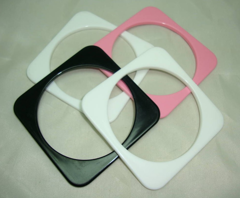 £17.60 - Vintage 80s Funky Set of Four White Black Pink Plastic Square Bangles