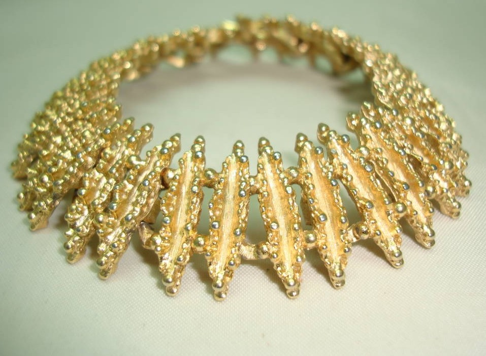 Vintage 60s Signed Avon Attractive Textured Link Goldtone Bracelet