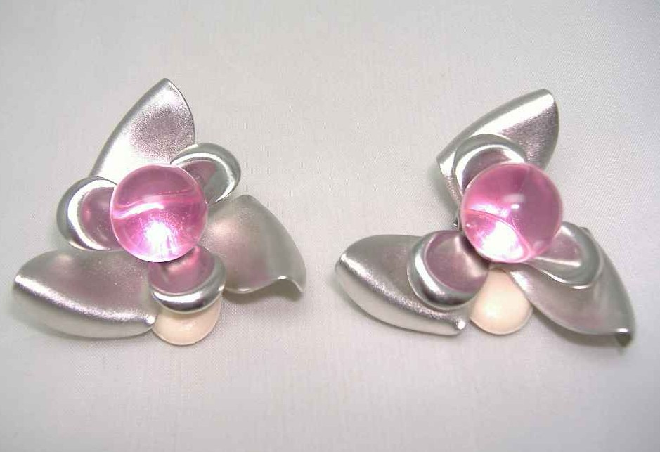 £14.40 - 1980s Large Silver & Pink Lucite Flower Clip Earrings
