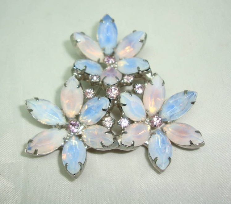 £28.00 - Vintage 50s Stunning Large Opaline Glass and Diamante Flower Brooch