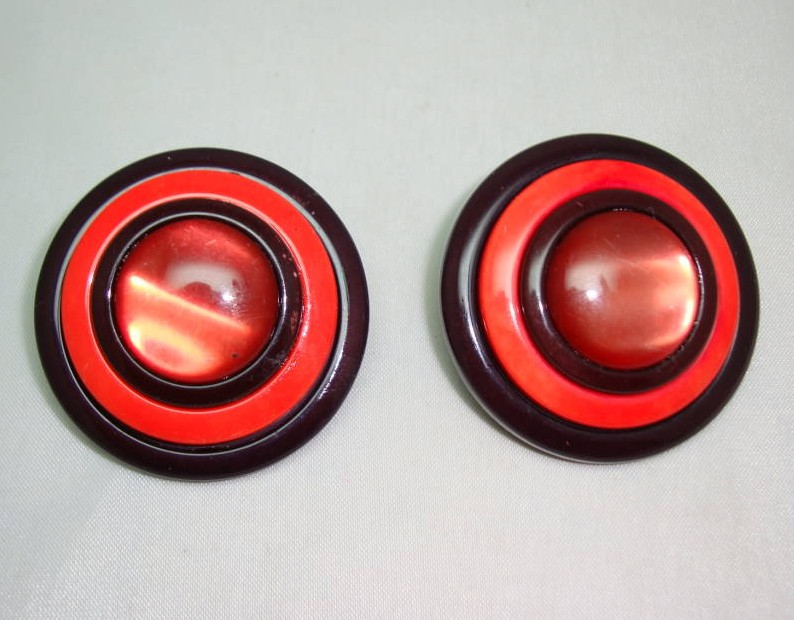 Vintage 60s Big & Bold Shades of Red Lucite Disc Clip On Earrings