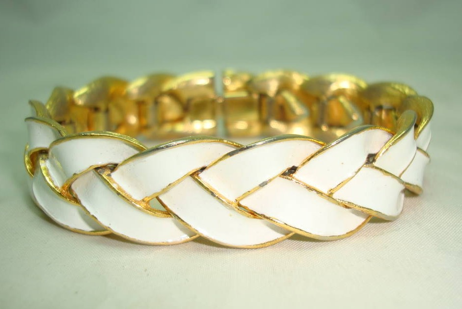 £24.00 - Vintage 80s Fab Quality White Enamel Goldtone Plait Design Bracelet