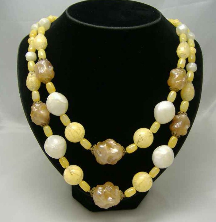 £18.00 - 1950s Chunky 2 Row Yellow & Cream Lucite Bead Necklace