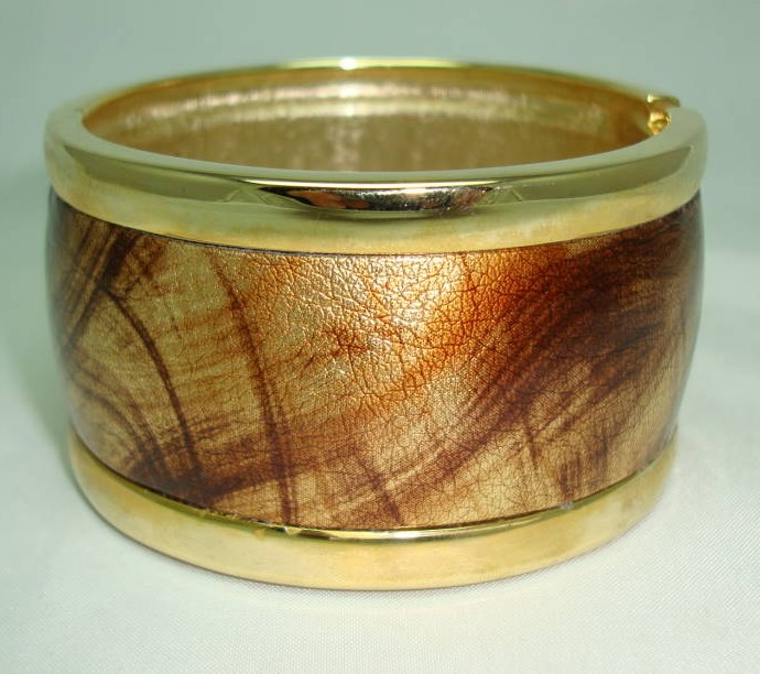 £33.60 - Vintage 80s Wide Gold & Amber Leather Goldtone Cuff Clamper Bangle