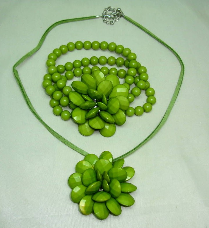 £18.00 - Chunky Green Flower Shaped Acrylic Pendant and Stretch Bracelet Set