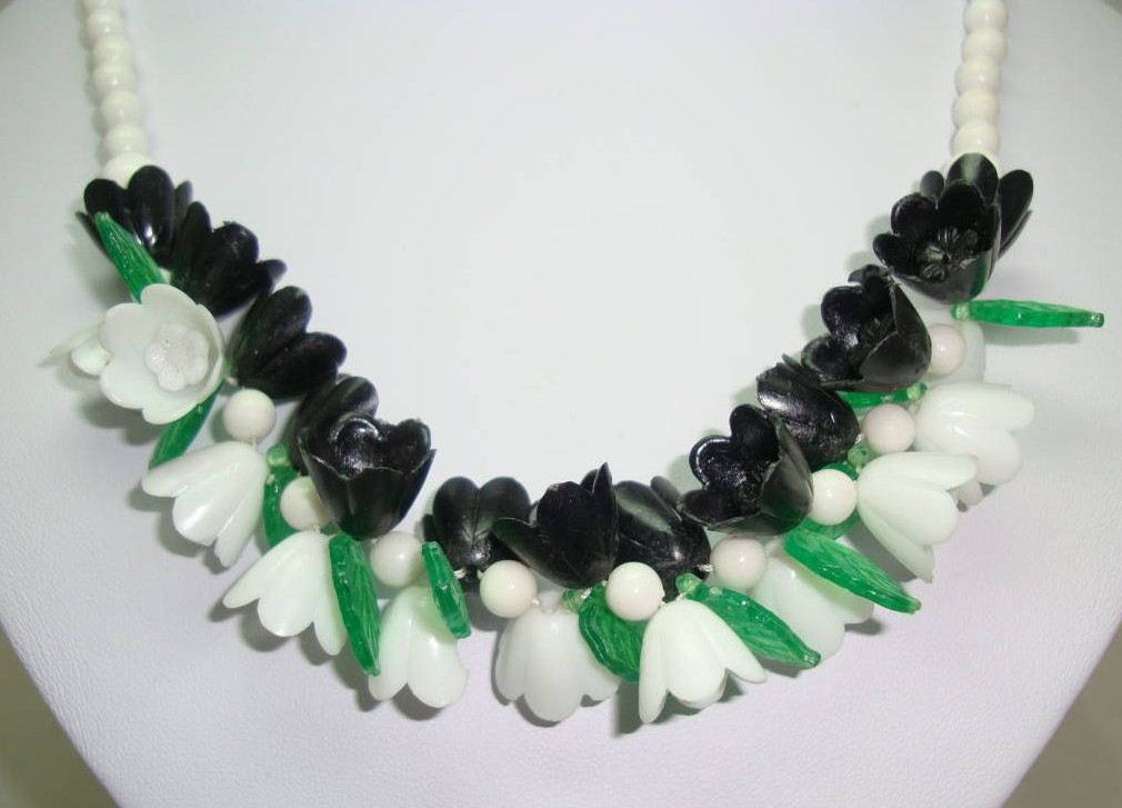 Vintage 50s White Black Green Lucite Plastic Flower Garland Necklace