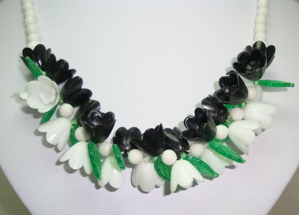 Vintage 50s White Black Green Lucite Plastic Flower Garland Necklace