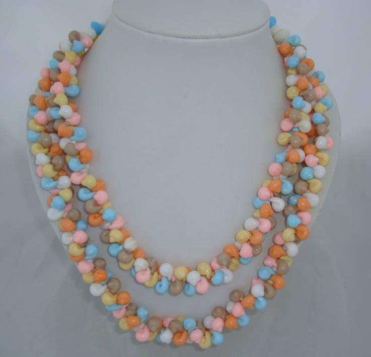 £18.00 - 1950s 2 Row Multicoloured Shell Shaped Bead Necklace
