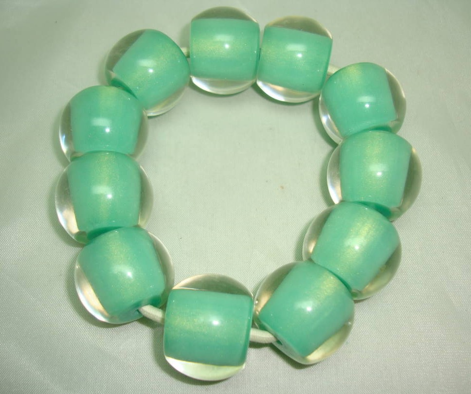 £19.20 - Unusual and Quirky Chunky Green and Clear Lucite Bead Stretch Bracelet