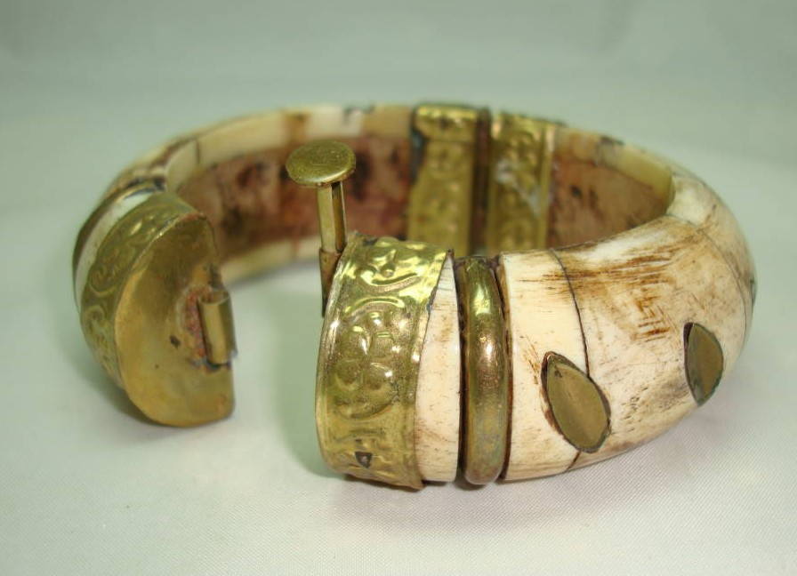 £35.00 - Vintage 30s Chunky Wide Bone and Brass Ornate Cuff Bangle Bracelet
