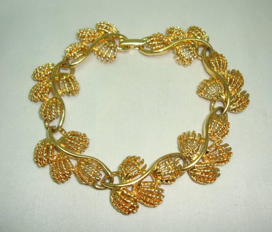 £28.00 - Vintage 80s Signed Napier Fancy Floral Link Design Goldplated Bracelet