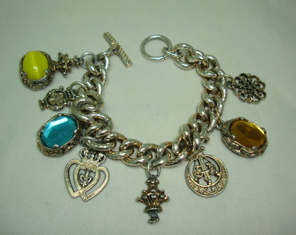 £33.60 - 1950s Unique and Fabulous Chunky Glass and Goldtone Charm Bracelet