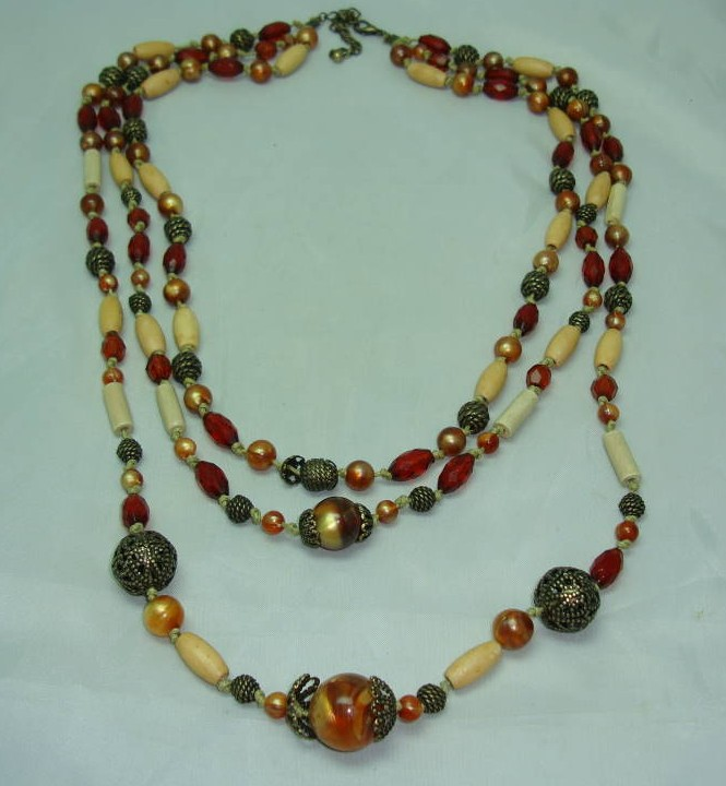 £14.40 - 1930s Style 3 Row Cream Red & Gold Lucite Bead Necklace