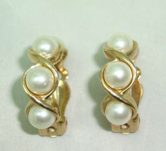 £12.00 - Vintage 80s Classy Chic Faux Pearl and Gold Half Hoop Clip on Earrings