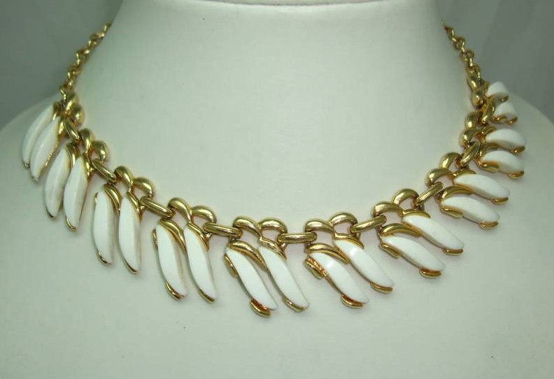 £30.00 - Vintage 50s WhiteThermoset Lucite Leaf Design Goldtone Necklace Coro