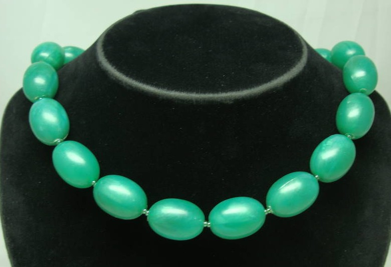 £9.60 - 1950s Chunky Green Marble Effect Lucite Bead Necklace