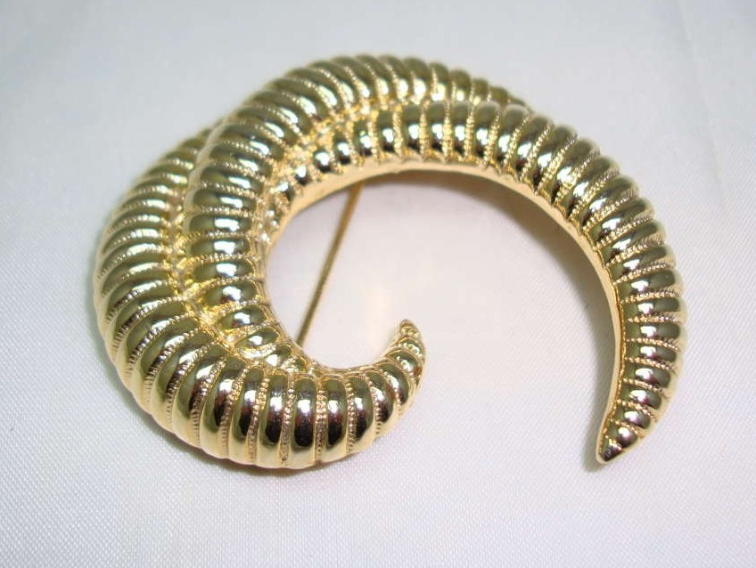 Vintage 80s Swirl Design Textured Gold Brooch Signed Saron