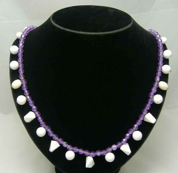 £9.60 - Vintage 50s Purple Lucite & White Bead Drop Necklace