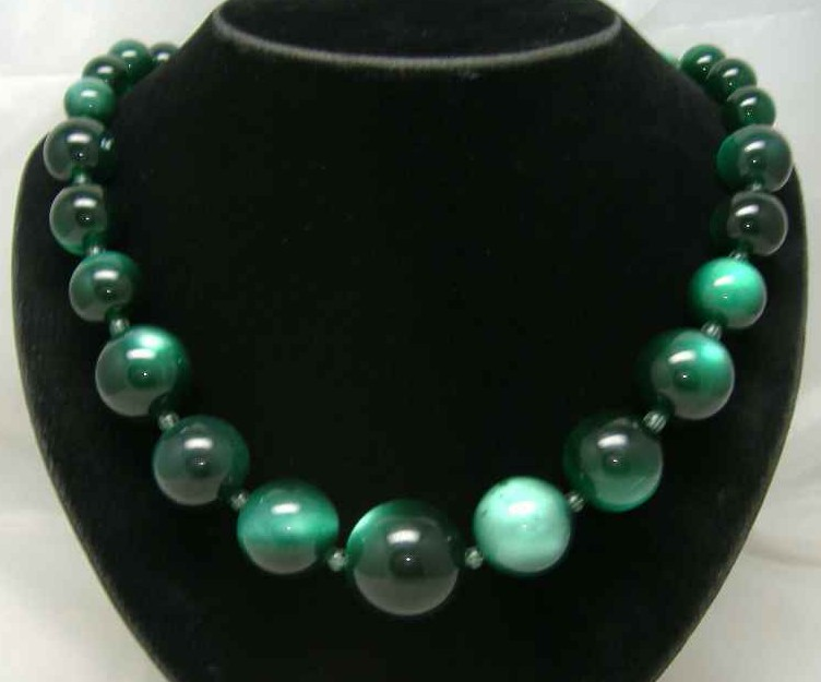 £15.60 - Vintage 50s Chunky Green Moonglow Lucite Bead Necklace