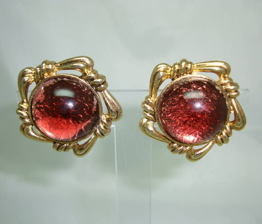 £17.60 - Vintage 50s Fabulous Chunky Domed Red Lucite Goldtone Clip On Earrings
