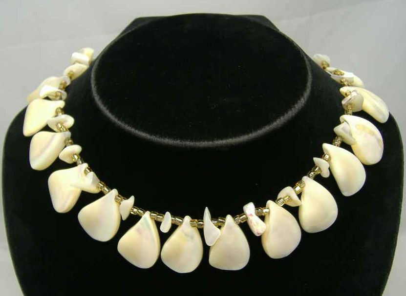 £26.40 - 1950s Mother of Pearl Teardrop & Gold Bead Necklace WOW